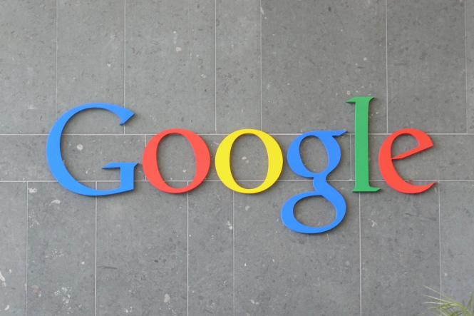 Google Logo an Betonwand