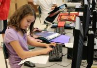 Eine Fünftklässlerin in den USA schreibt am Computer