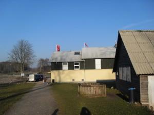 Danevirke Museum mit abgesperrter Grabungsstätte (links) beim Wieglesdor