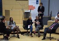 Harriet Heise (Mitte) moderierte die Abschlussrunde der beiden Referenten Gregor Hackmack (links) und Nico Lange (rechts). Auf den Stühlen neben ihr konnten Gäste aus dem Publikum Platz nehmen, um eigene  Positionen einzubringen. Foto: panama